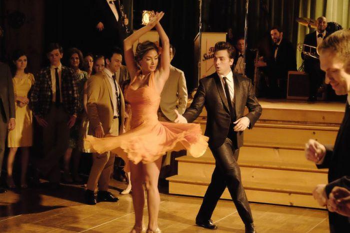 Atores do remake de Dirty Dancig dançando nem cena