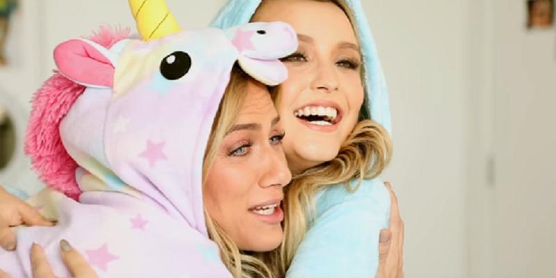 Giovanna Ewbank e Larissa Manoela se abraçam vestindo pijamas de unicórnios