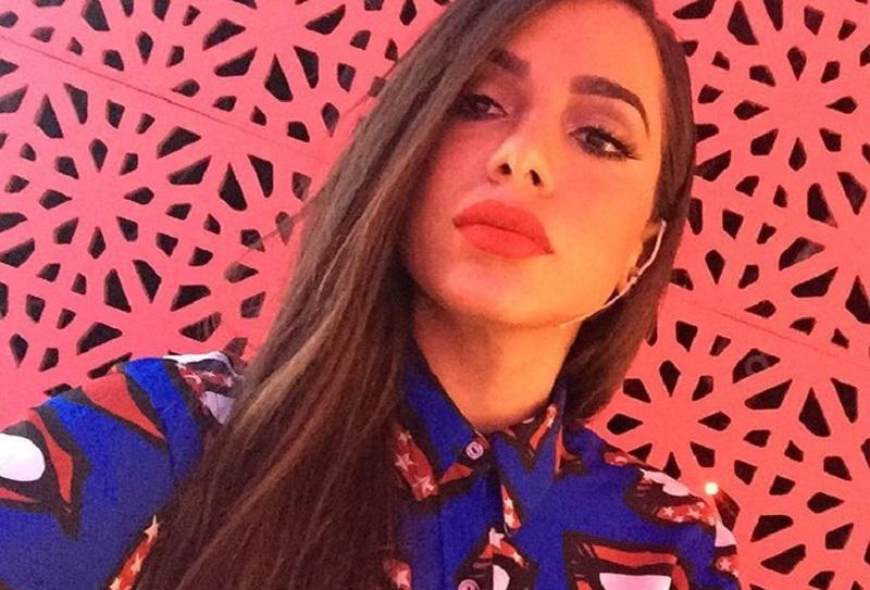 Anitta em selfie com batom vermelho