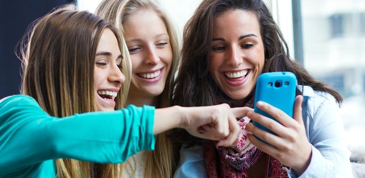 amigas-meninas-crush no WhatsApp-risadas-celular