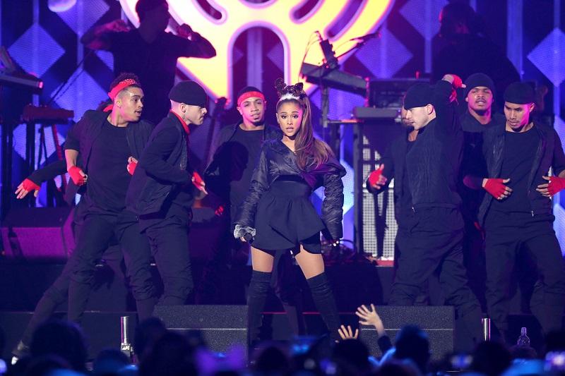 Ariana Grande com bailarinos durante show