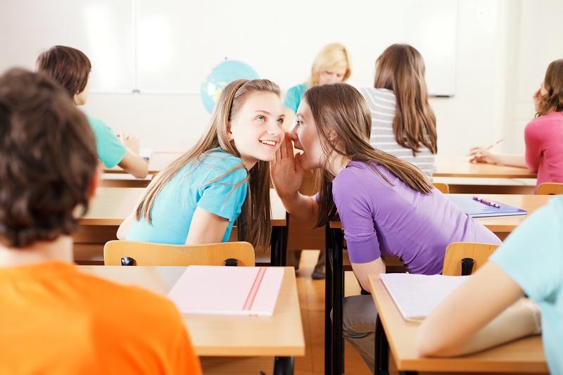 Meninas conversando durante a aula na escola