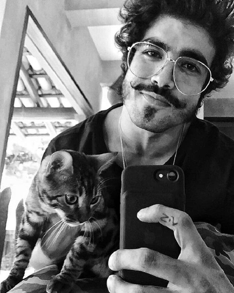 Caio Castro fala sobre Dom Pedro e seu bigode. Tá demais!