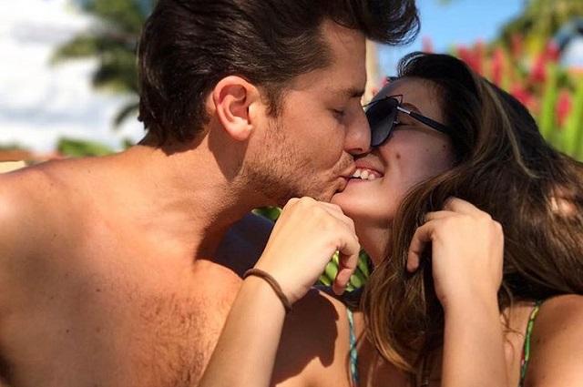 Camila Queiroz e Klebber Toledo se beijando em trajes de banho