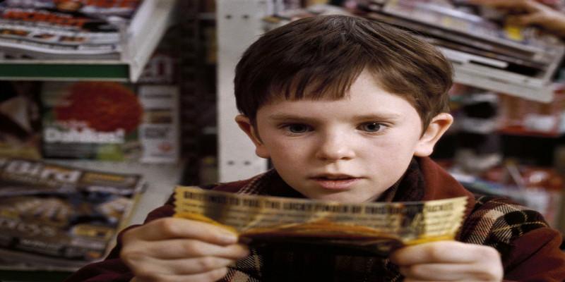 Charlie com bilhete dourado na Fantástica Fábrica de Chocolate