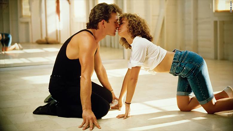 casal de Dirty Dancing se beijando