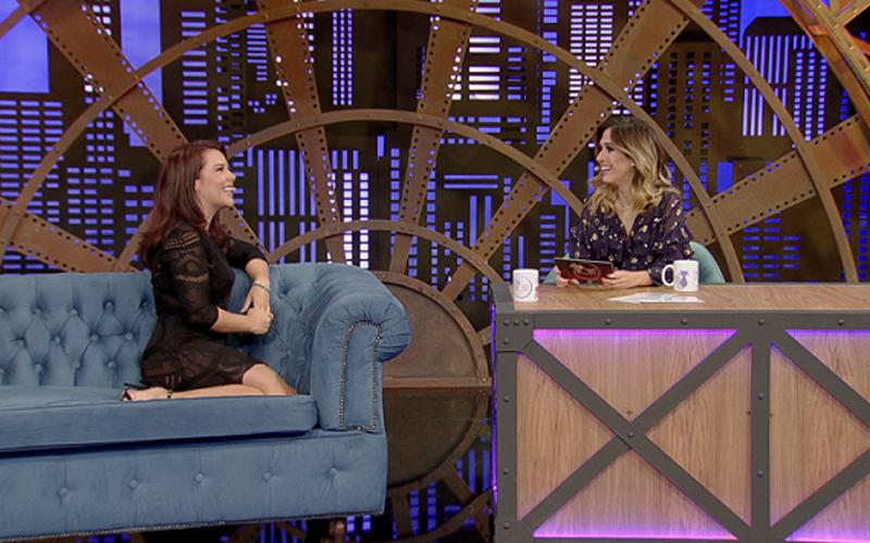 Fernanda Souza sendo entrevistada por Tatá Werneck