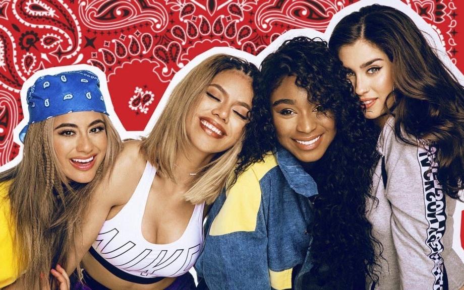 Meninas do fifthy harmony usando roupas típicas dos anos 90