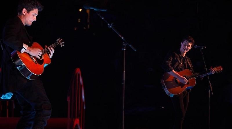 John Mayer e Shawn Mendes cantando juntos