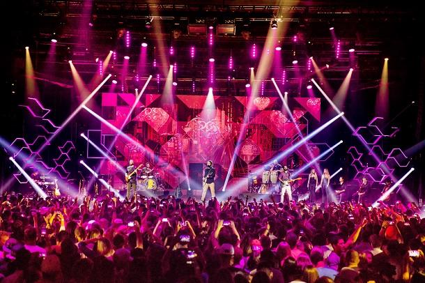 Banda Maneva no palco durante gravação do DVD