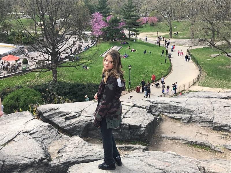 Maria Cavalcante em pé no Central Park