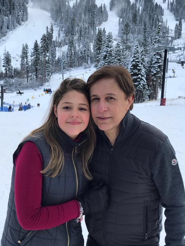 Maria Cavalcante abraçada com seu pai, Tom Cavalcante