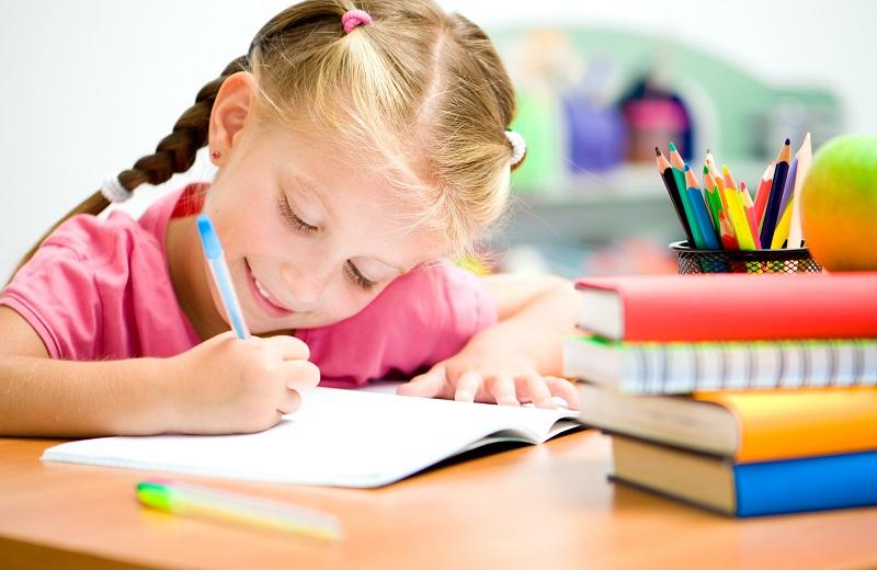 menina loira de trança com uma caneta e um caderno