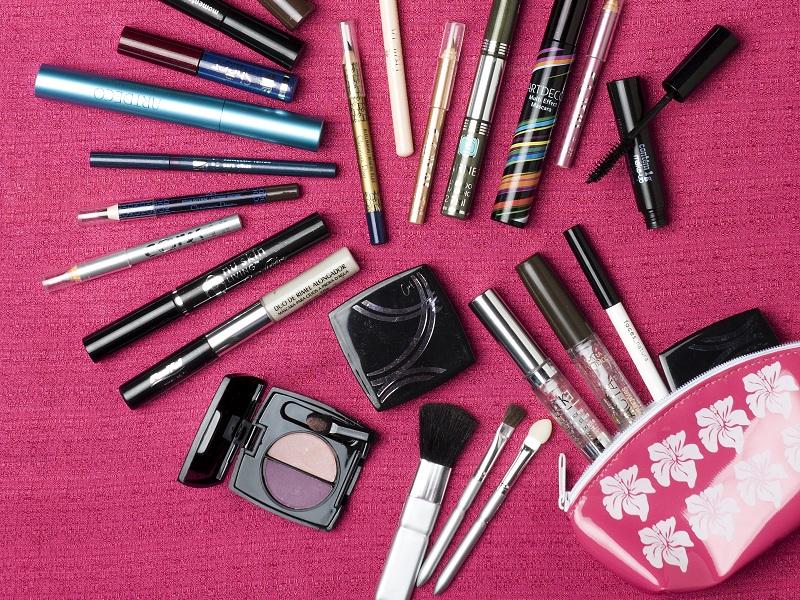 Necessaire bem equipada com maquiagens e produtos de beleza
