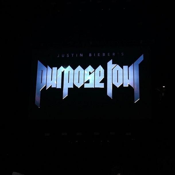 Telão com os dizeres Purpose Tour