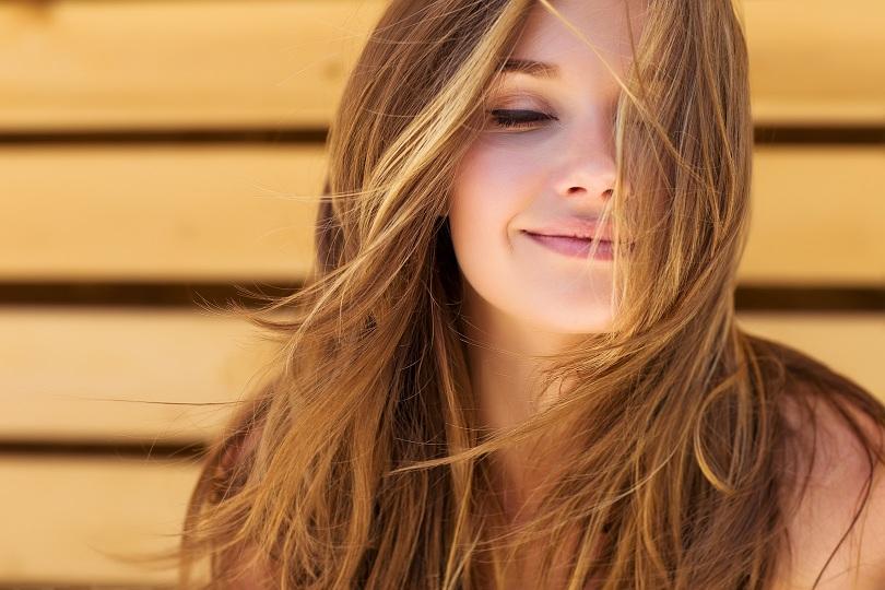 Garota com cabelos naturais ao vento