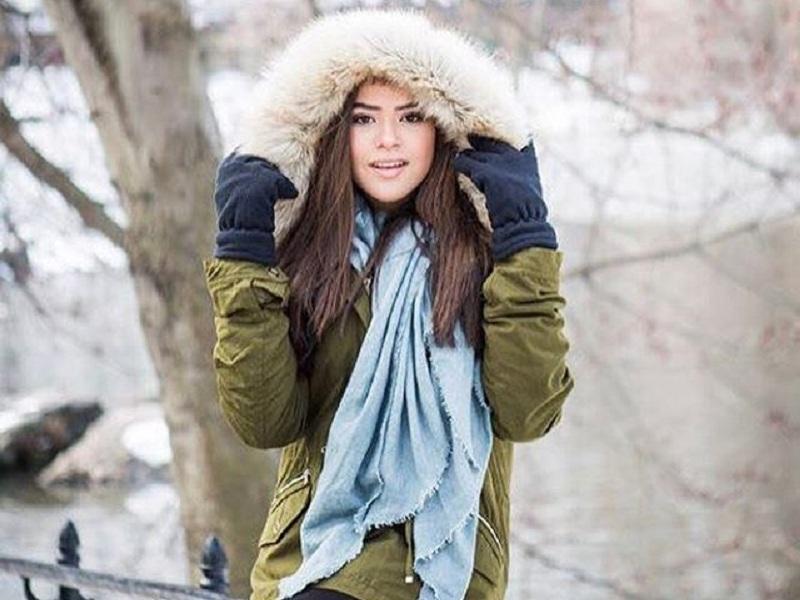 Maísa de blusa de frio com capuz