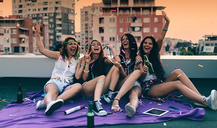 Amigas se divertindo no terraço