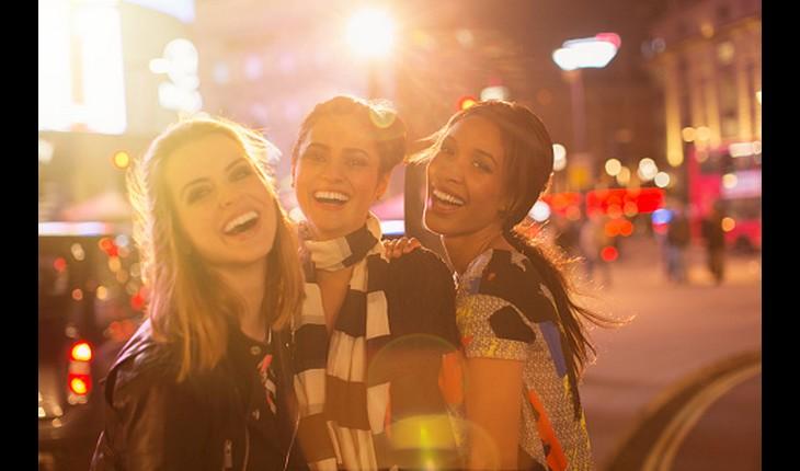 Amigas felizes na rua