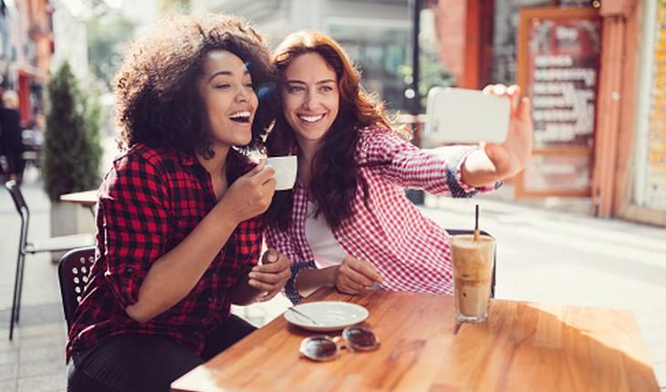 Amigas bebendo leite com café