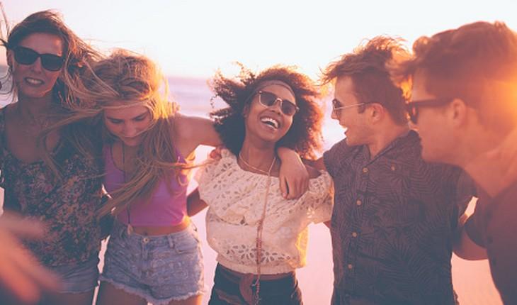 jovens se divertindo abraçadas