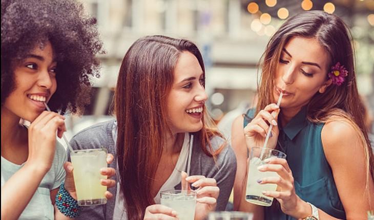 amigas bebendo