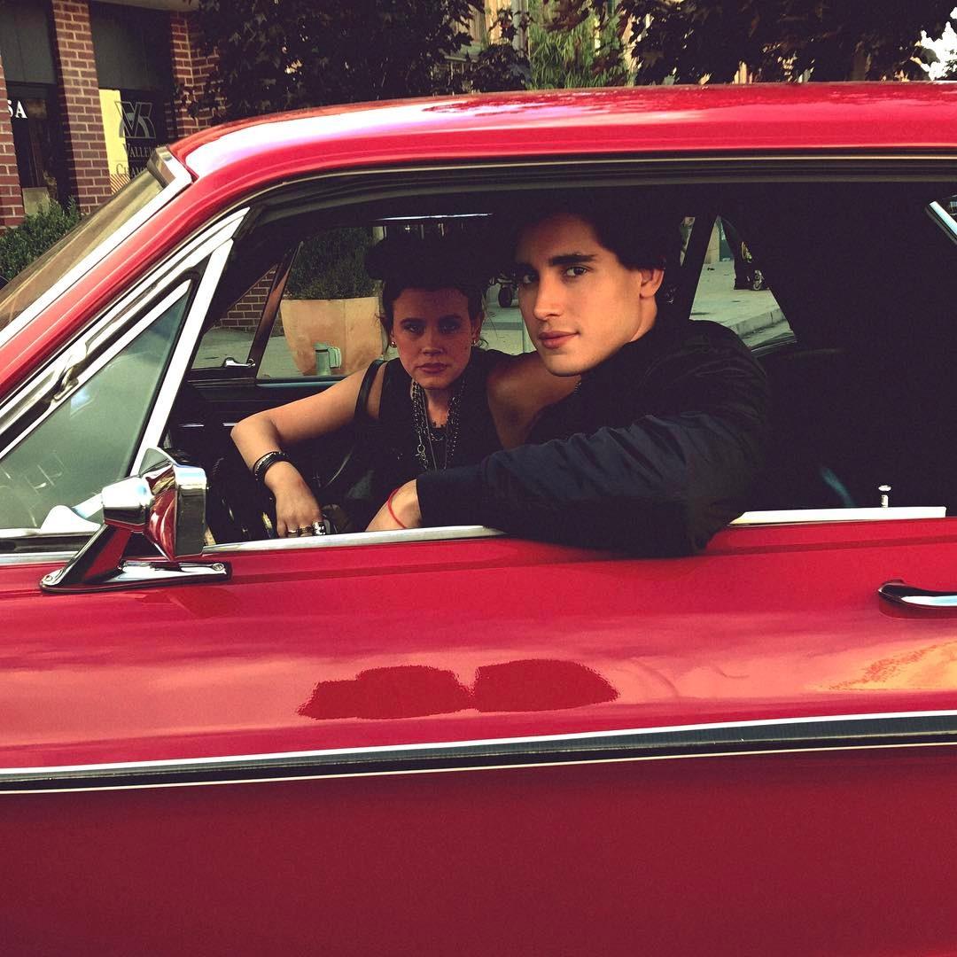 Henry Zaga dentro do carro vermelho do personagem Tony, de 13 Reasons Why