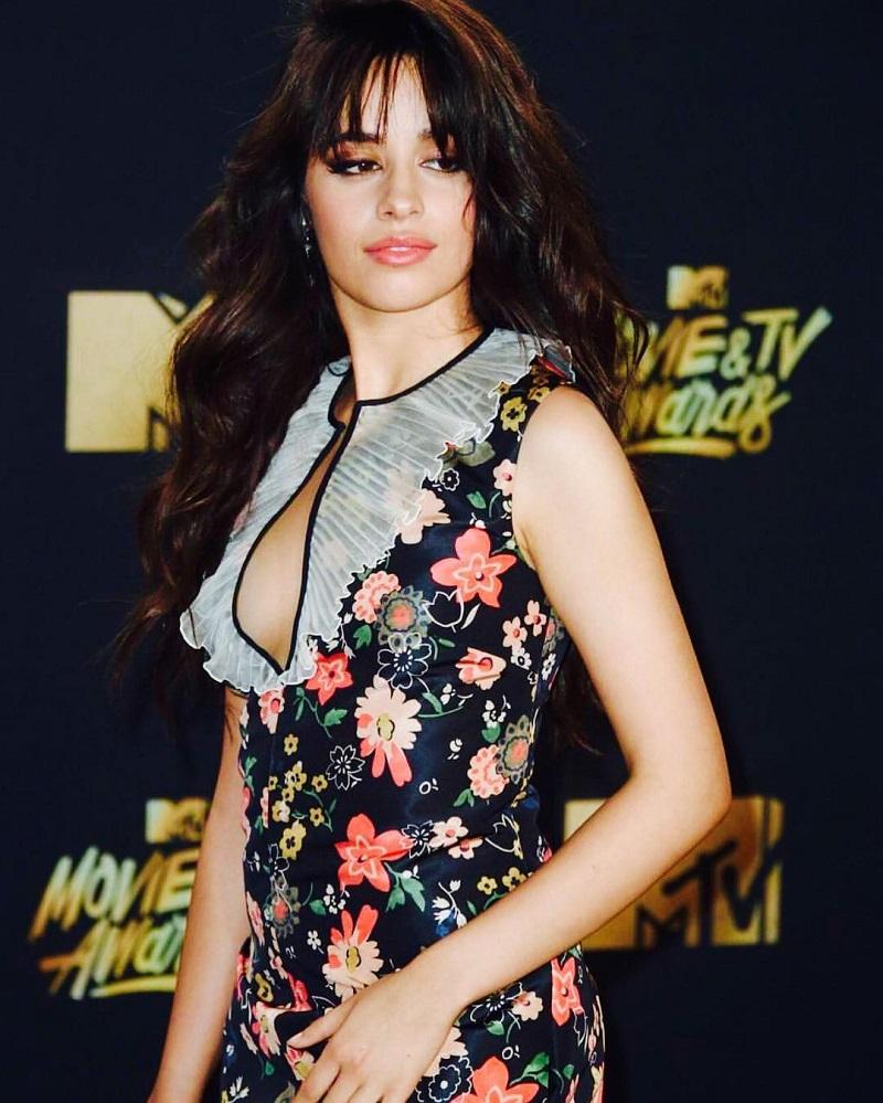 Camila Cabello usa vestido estampado em tapete vermelho do MTV Movie & TV Awards