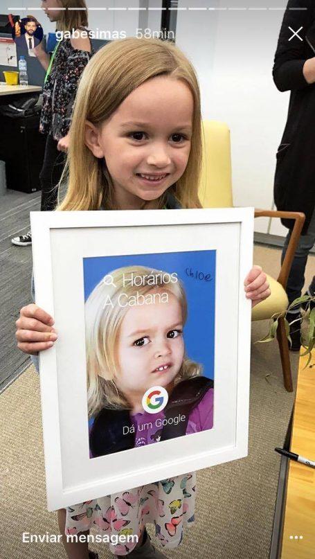 Chlor segura quadro com sua foto e busca do google