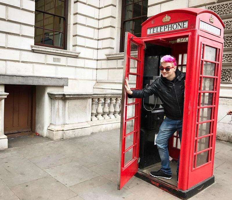 Felipe Neto saindo de uma cabine telefônica em londres