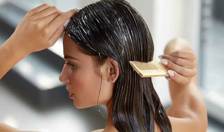 Hábitos que deixam o cabelo oleoso e você nem imaginava!