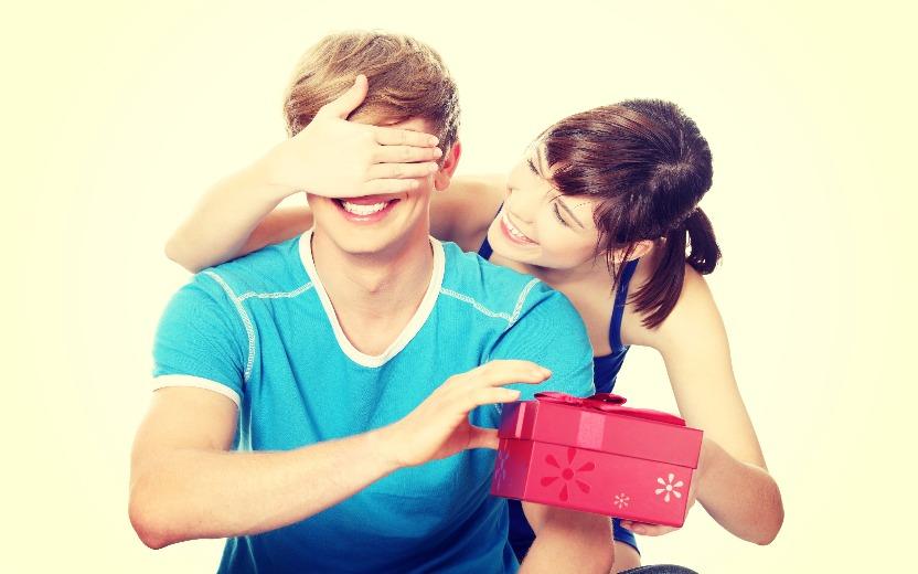 Casal trocando presente no Dia dos Namorados