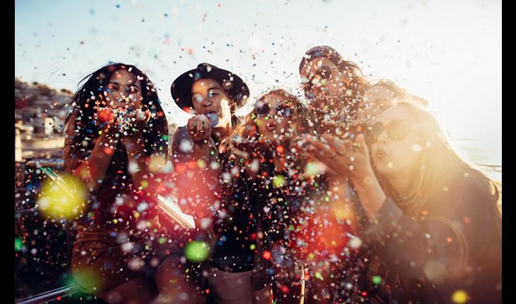 amigas festejando