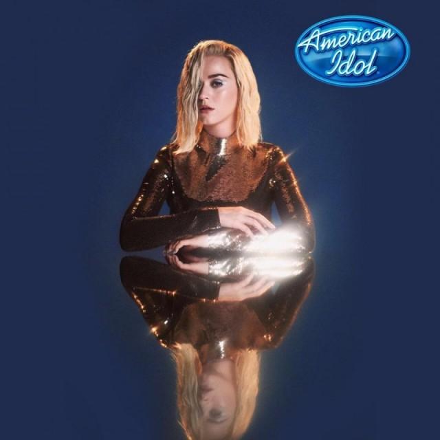 Katy Perry em fundo azul com ícone do American Idol, usando roupa dourada