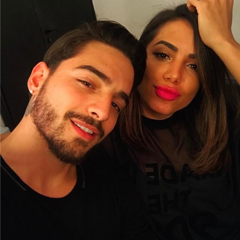 Maluma e Anitta posam próximos um do outro para foto usando roupas pretas