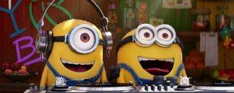 Minions sorrindo enquanto são DJ