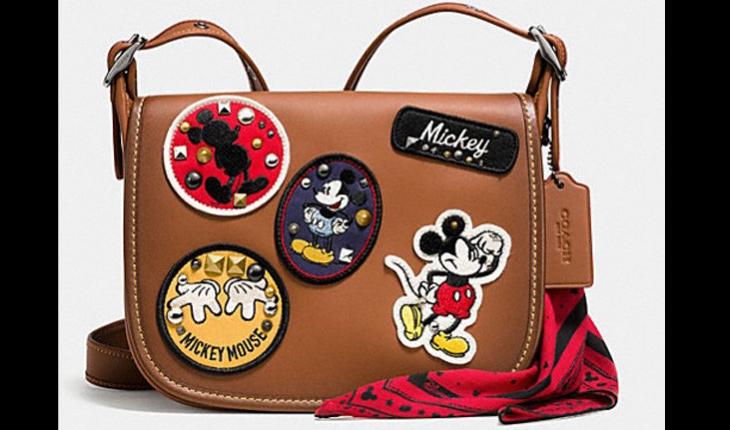 Bolsa marrom com desenhos do mickey mouse