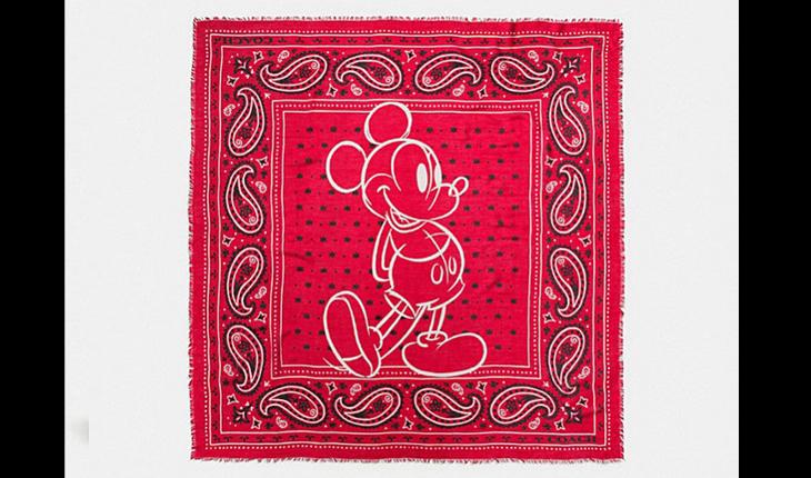 lenço vermelho com desenho do mickey mouse