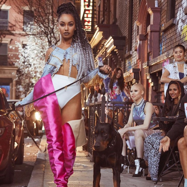 integrante do little mix com roupa sensual durante gravação do clipe da música power