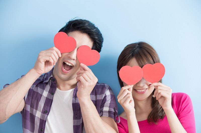 presente para o namorado de cada signo - Casal com dedenho de coração nos olhos