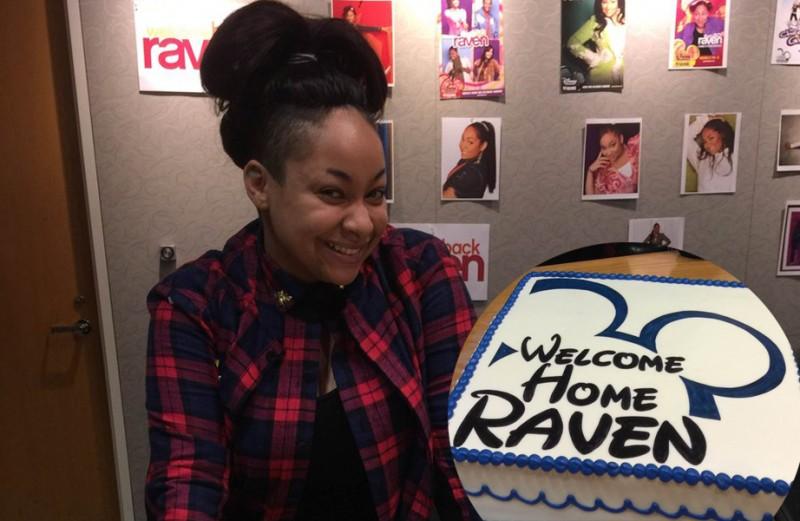 "A atriz de Raven, de ""As Visões de Raven"" segura bolo com tema Disney, onde está escrito ""Welcome Home Raven"""