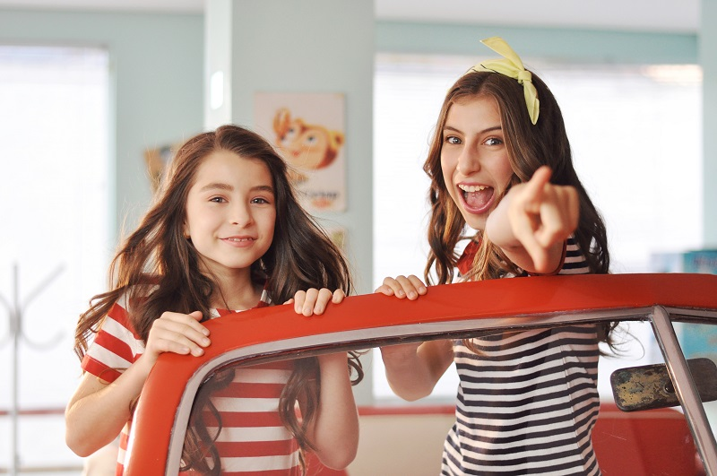 Ivana e Sofia do canal Cenoritas sorrindo e vestindo roupa listrada
