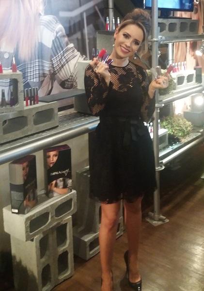 Sandy com itens da sua nova coleção com a Impala