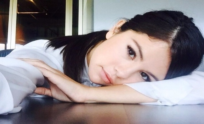 Selena Gomez apoiada em uma mesa