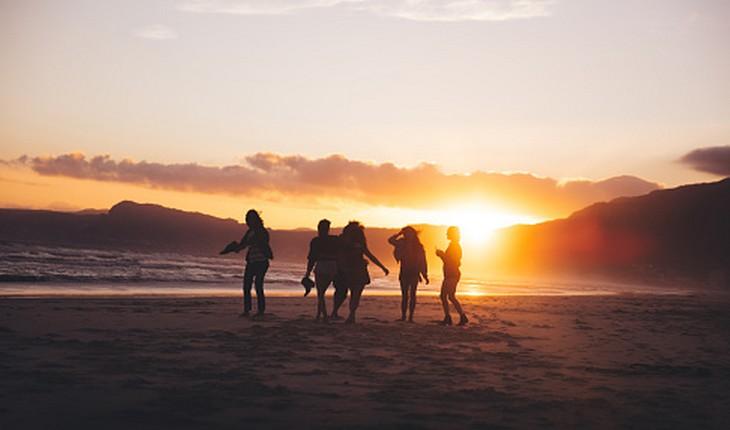 amigas caminhando na praia