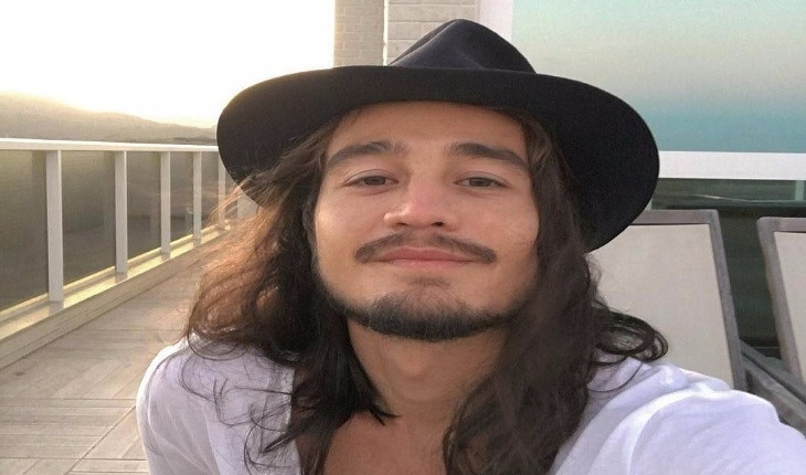Tiago Iorc usando chapéu