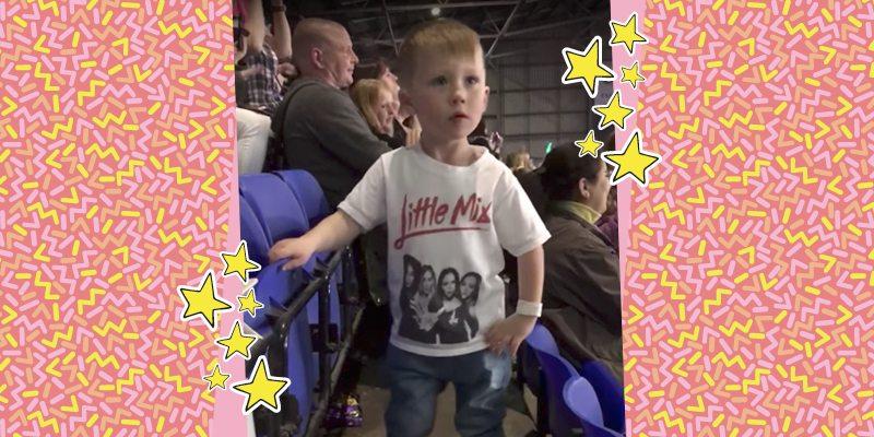 menininho usando camiseta branca com estrelas em volta e fundo rosa estrelado