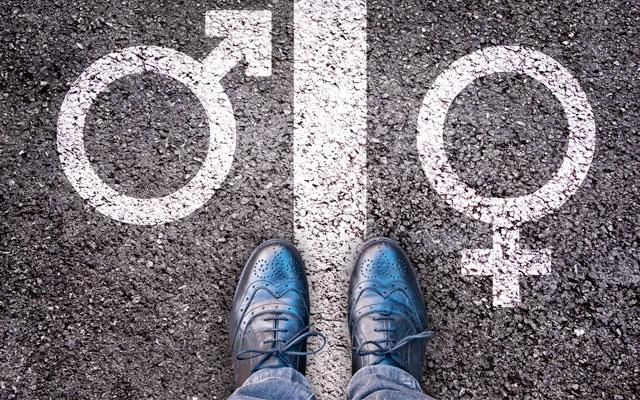 Transgêneros: pés entre símbolos feminino e masculino