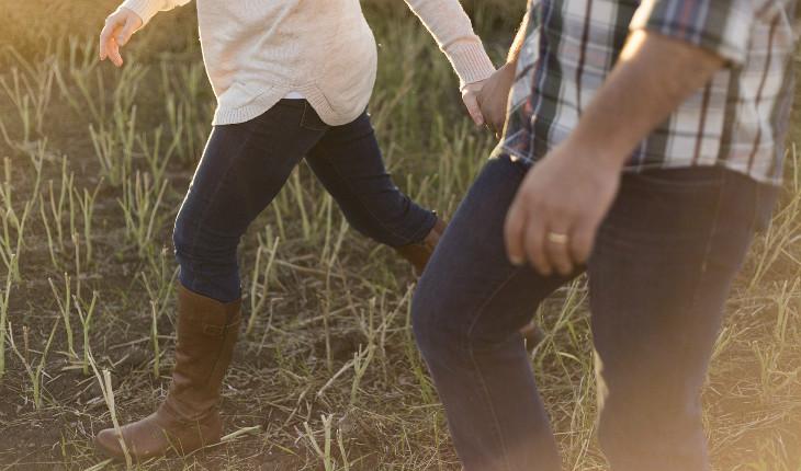 casal caminhando na grama