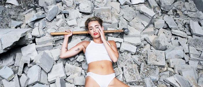Miley Cyrus em meio a destroços no clipe de Wrecking Ball